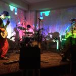 ゴイゾン にら(ギター)、まろん(ベース)、佐藤修平(ドラム)の3人編成のライブ画像